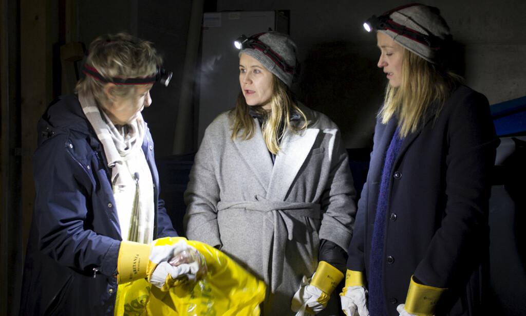 NATTARBEID: Live Nelvik på «dumpsterdiving», altså matjakt i andres søppeldunker, sammen med mamma Liv Johnsrud og søster Kjersti Kvam. Foto: Trond Aukland / NRK <div><div><br></div></div>