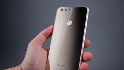 <strong><strong>TO KAMERAER:</strong></strong> Huawei har, i samarbeid med Leica, laget en dobbel kameraløsning bak, der ett av kameraene kun fanger sort/hvitt. Foto: PÅL JOAKIM OLSEN