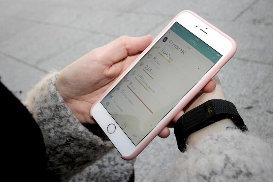 <strong><b>KAN BRUKES MED ALLE MOBILER:</strong></b> Fitbit-appen er tilgjengelig for både iPhone, Android og Windows Phone. Foto: OLE PETTER BAUGERØD STOKKE