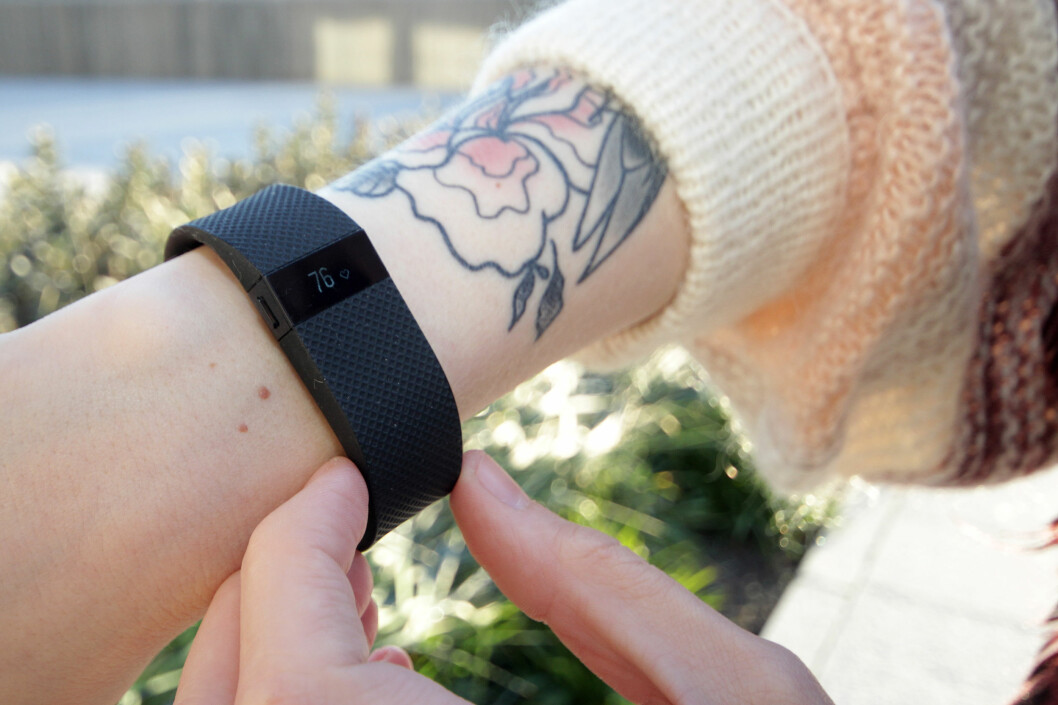 <strong><b>TA PULSEN:</strong></b> Med Fitbits aktivitetsarmbånd kan du telle skritt, registrere søvn og måle pulsen din. Foto: OLE PETTER BAUGERØD STOKKE
