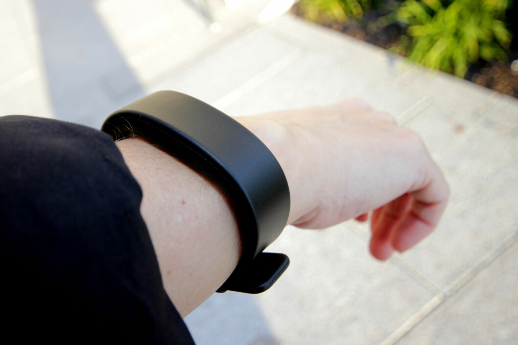 <b>KAN DET BLI MER KJEDELIG?</b> SmartBand 2 ser ikke spesielt sprekt ut. Det ser mer ut som et billig plast-armbånd enn tusenkroners-aktivitetsarmbånd. Litt klumpete er det også. Foto: OLE PETTER BAUGERØD STOKKE