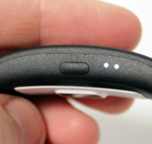 <strong><b>TRE SMÅ LYS:</strong></b> På den ene siden av SmartBand 2 sitter det en liten knapp og tre LED-lys, som blinker hvis for eksempel noen ringer deg. Foto: KIRSTI ØSTVANG