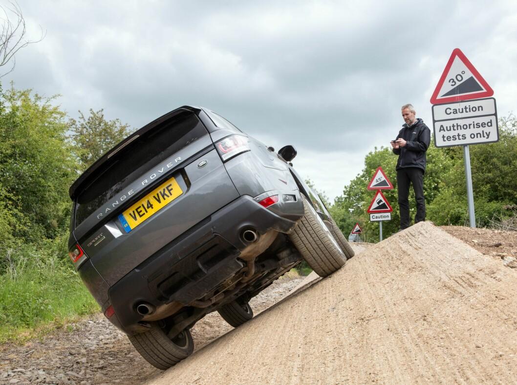 <strong><b>MILJØVERSTING:</strong></b> Range Rover Sport med 4,7-liters V8 og kompressor, som bruker drøyt 1,8 liter pr. mil i bykjøring og spyr ut 298 Gram Co2 pr/ km, blir 150.000 kroner billigere. Foto: LAND ROVER