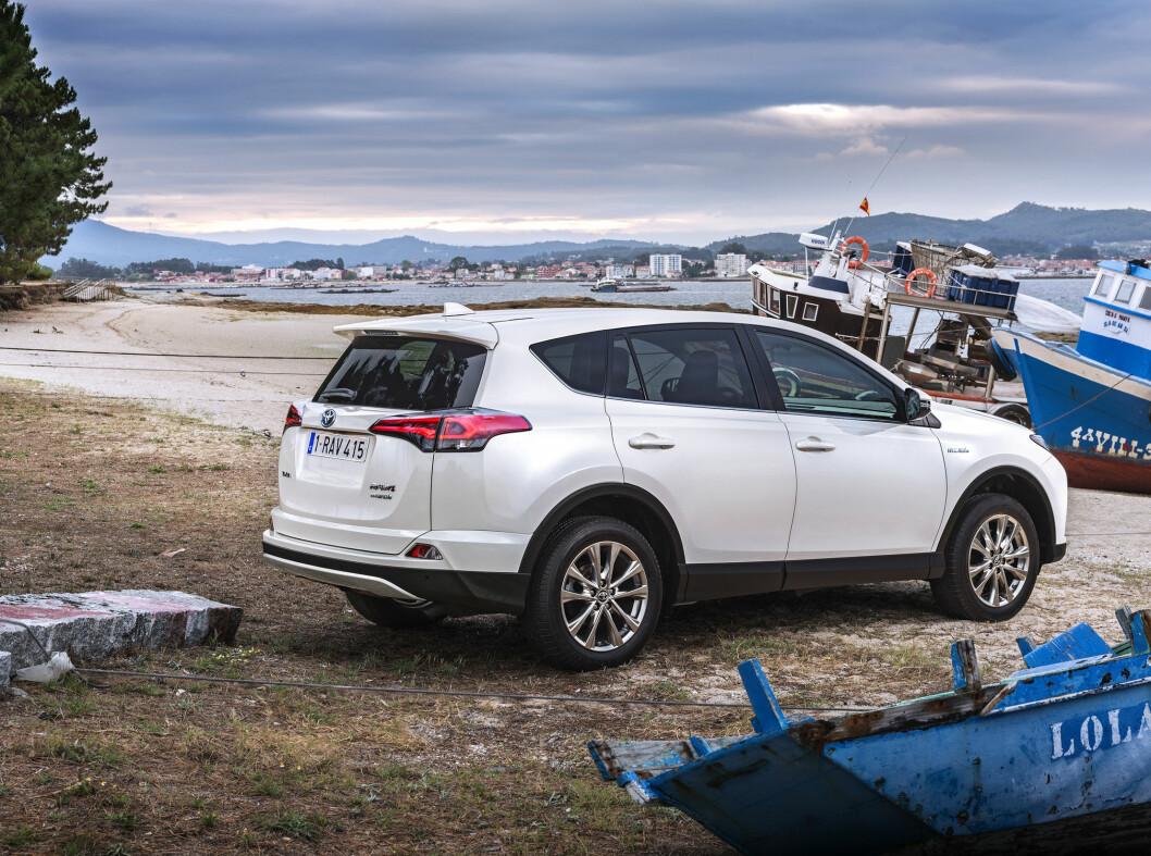 <strong><b>MOTSSTRØMS:</strong></b> Selv Toyotas hybridmodeller får en avgiftsøkning. Nå kommmer også RAV4 i hybridutgave snart.   Foto: FRED MAGNE SKILLEBÆK