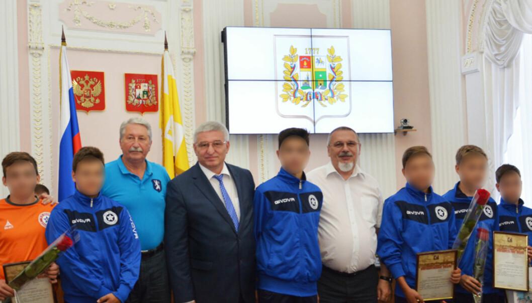 VARM VELKOMST: Spillerne og støtteapparatet til Cosmos ble møtt slik da de kom hjem til Russland. Foto: Pressefoto Stavropol