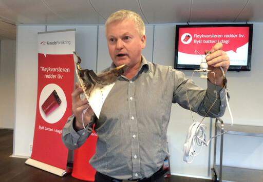 OBS!  Odd Magne Skjerping i Frende Forsikring advarer mot bruk av julestjerner i papir. Foto: FRENDE FORSIKRING