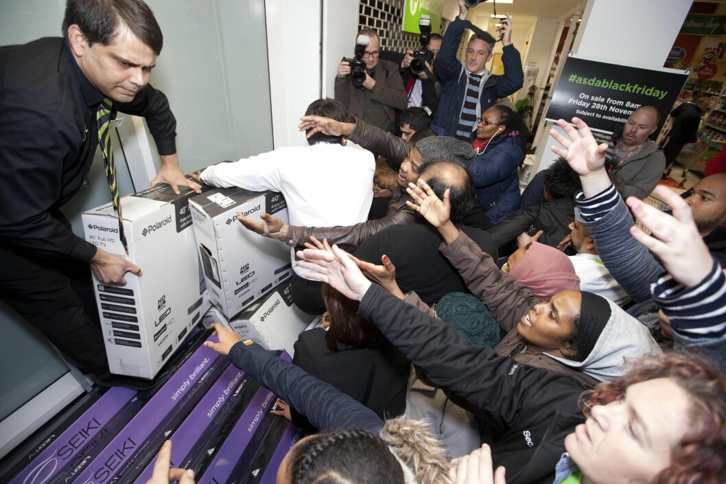 <strong><b>GALSKAP:</strong> </B>Black friday har heldigvis ikke blitt fullt så villt som i flere andre land. Her ser du black friday-handlere i Wembley i London under fjorårets salg.  Foto: DAVID PARRY / PA PHOTOS / NTB SCANPIX