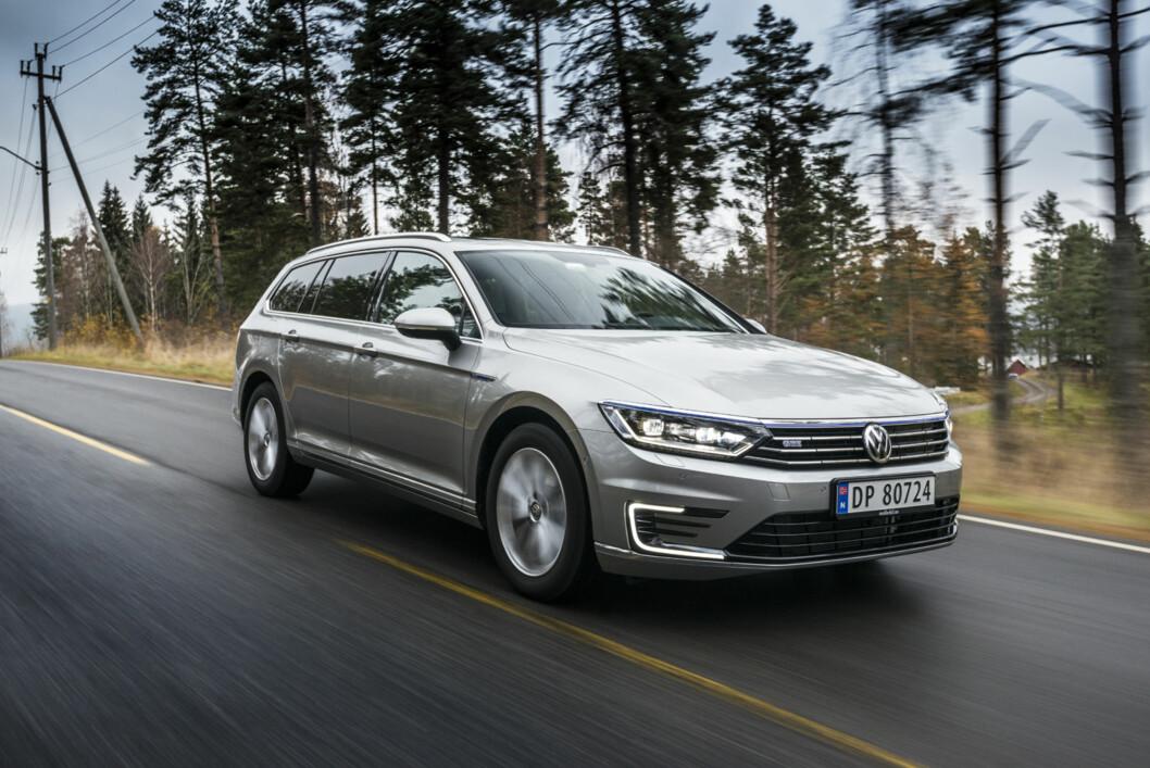 <strong><b>LADBART:</strong></b> Nå er Volkswagen i hybridmarkedet med to biler: Golf og Passat, begge ladbare. Det merkes på registreringsstatistikken. Rene elbiler har derimot en salgstakt som dabber av. Foto: JAMIESON POTHECARY