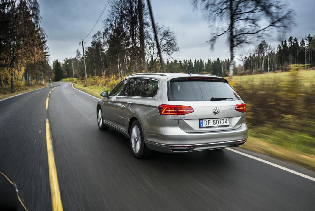 <strong><B>BILLIGERE FOLKEBIL:</strong></B> VW Passat GTE får 6.512 kroner mindre i avgift. Men går du for toppmodellen 2,0 BiTDI 240hk Highline 4MOTION DSG kan du spare hele 43.822 kroner. Prisforskjellen er enda større om du vil ha en Golf R-modell. Foto: JAMIESON POTHECARY