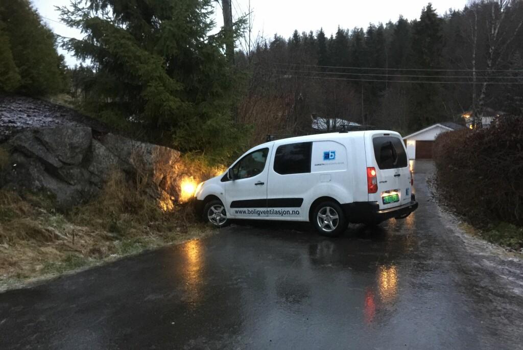 <b>STÅLIS:</b> Underkjølt regn er noe av det skumleste som fins for norske bilister. Her har vi en som mistet kontrollen på veien i morgentimene idag, og det er ikke så rart: Bare det å holde seg på beina for å få tatt dette bildet var en utfordring.  Foto: ØYVIND PAULSEN