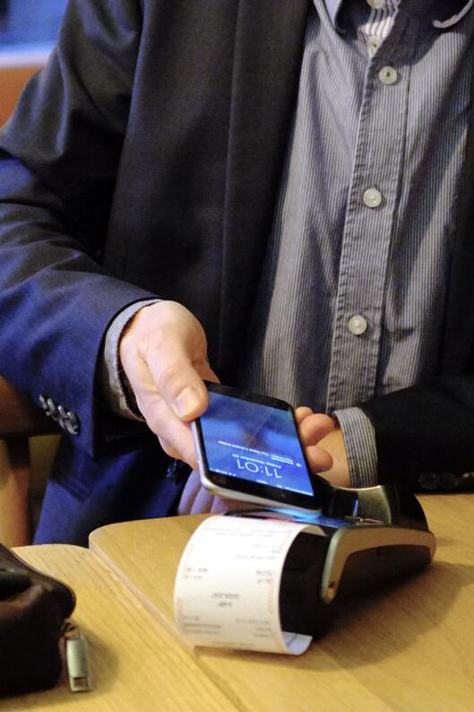 <strong><b>IKKE RASKERE:</strong> </B>Mobilbetaling er kanskje gøyere, men neppe raskere enn å dra kortet. Rasmussen tror dette bidrar til å dempe begeistringen, til tross for at svært mange betalingsterminaler allerede akseptererer alle typer NFC-betalinger. Foto: OLE PETTER BAUGERØD STOKKE