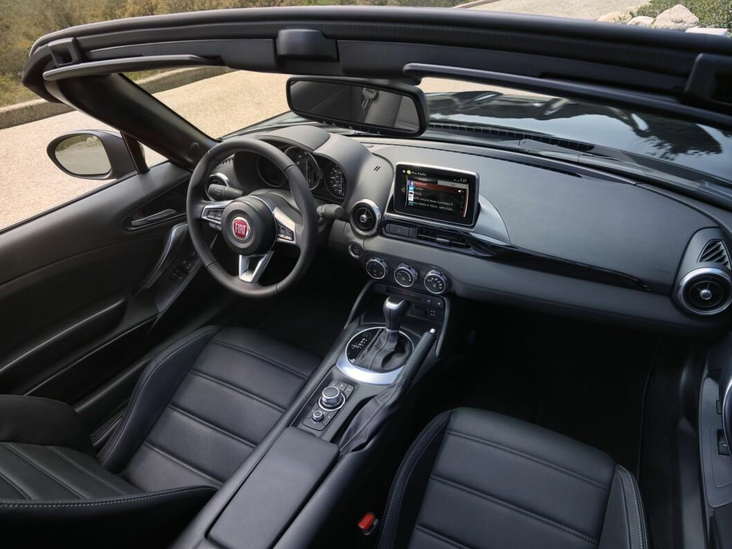 <strong><b>MAZDA MED FIAT-LOGO:</strong></b> Det er interiøret i bilen. Her har ikke Fiat endret noe annet enn logoen - men det er egentlig bare en fordel, tror vi. Foto: FIAT