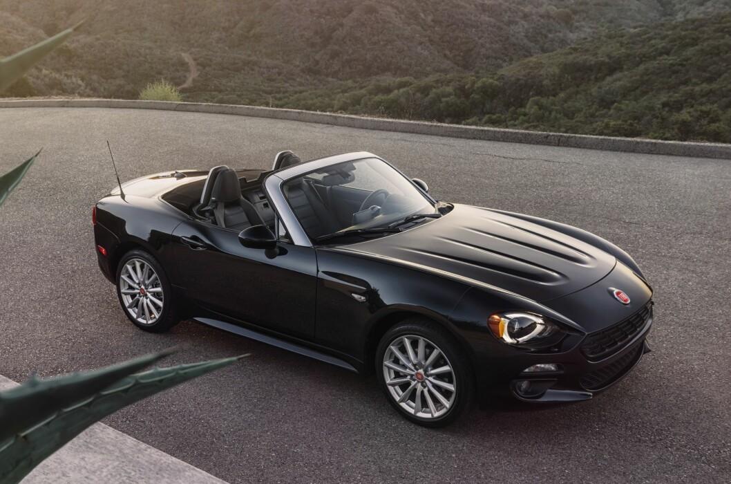 <strong><b>SNERTEN SAK:</strong></b> Heldigvis er det fortsatt rom for å designe sensuelle linjer i bilverdenen anno 2015. Vi synes Mazda/Fiat-kombinasjonen er rimelig vellykket i så måte. Foto: FIAT