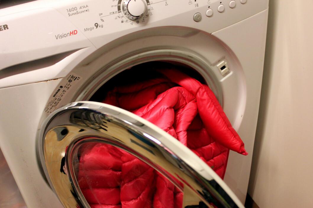 <strong><b>SLIK VASKER DU DUNJAKKA:</strong></b> Dunjakka bør ikke vaskes for ofte. Men vask den i vaskemaskin om du må. Og tørk den i tørketrommel. Foto: KRISTIN SØRDAL