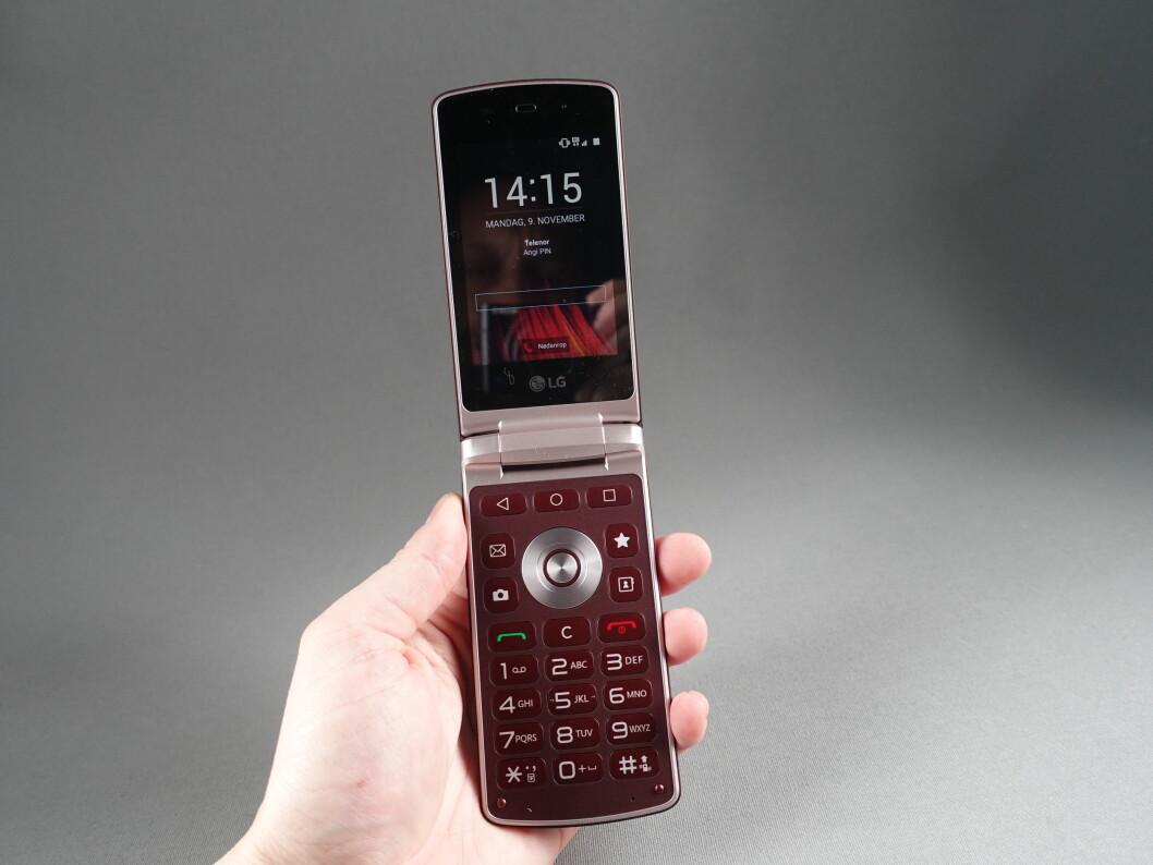 <strong><strong>HØY:</strong></strong> Vi hadde glemt hvor store klapptelefonene egentlig fortonet seg da vi brukte dem for et tiår siden. Foto: PÅL JOAKIM OLSEN