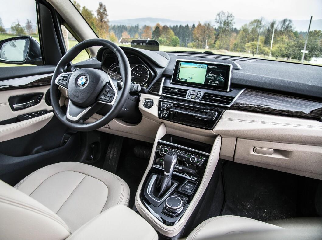 <strong><b>LEKKERT:</strong></b> BMWs interiør er pent og lekkert selv om vi kunne ønske oss mer stuerom. Foto: JAMIESON POTHECARY
