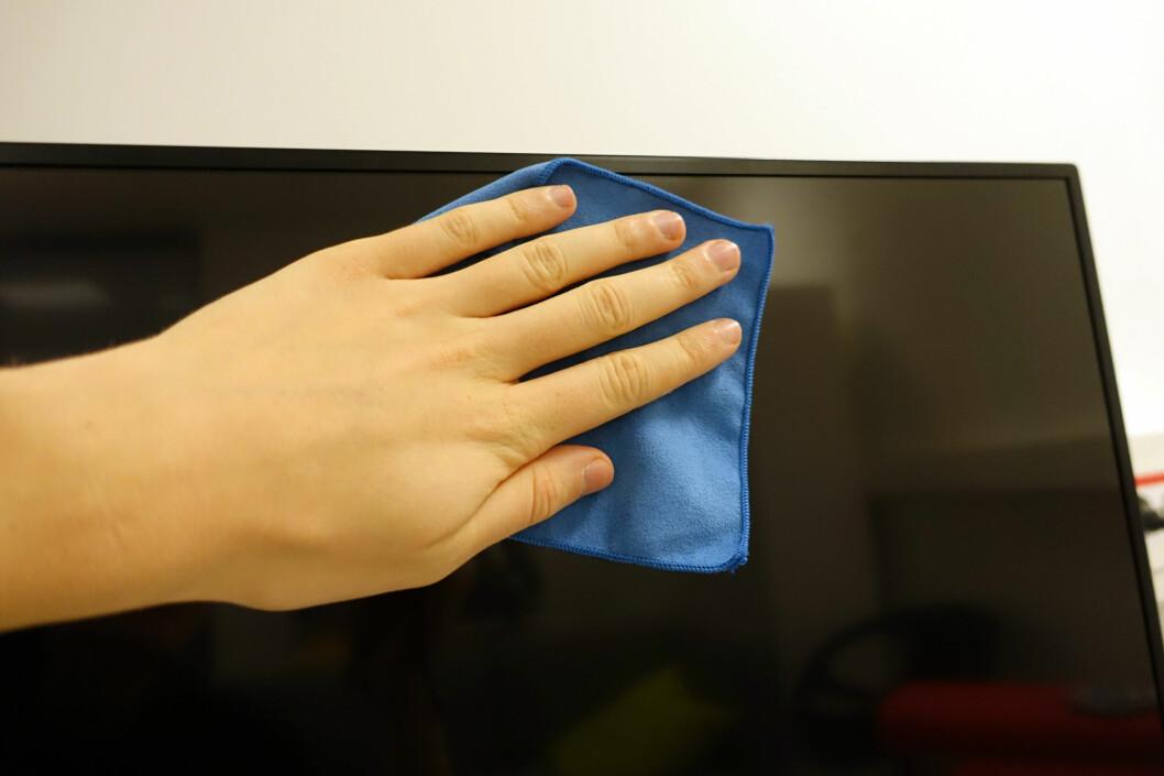 <strong><b>SLIK GJØR DU DET:</strong></b> En tørr eller lett fuktet mikrofiberklut er som regel nok hvis du vil ha en skinnende ren TV. Foto: AKSEL RYNNING
