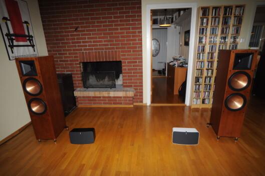 <strong><b>SAMMENLIGNING:</strong></B> Småtassene fra Sonos kan ikke spille like høyt, men kommer imponerende nær store høyttalere. Foto: TORE NESET