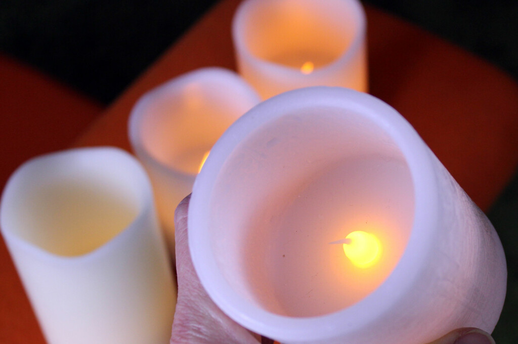 <b>BILLIGERE OG BEDRE:</b> Det er både billigere og bedre for helse og brannfare, å tenne LED-vokslys i stedet for vanlige levende lys. Og med timer får du hygge hele uka - uten å løfte en finger. Foto: KRISTIN SØRDAL