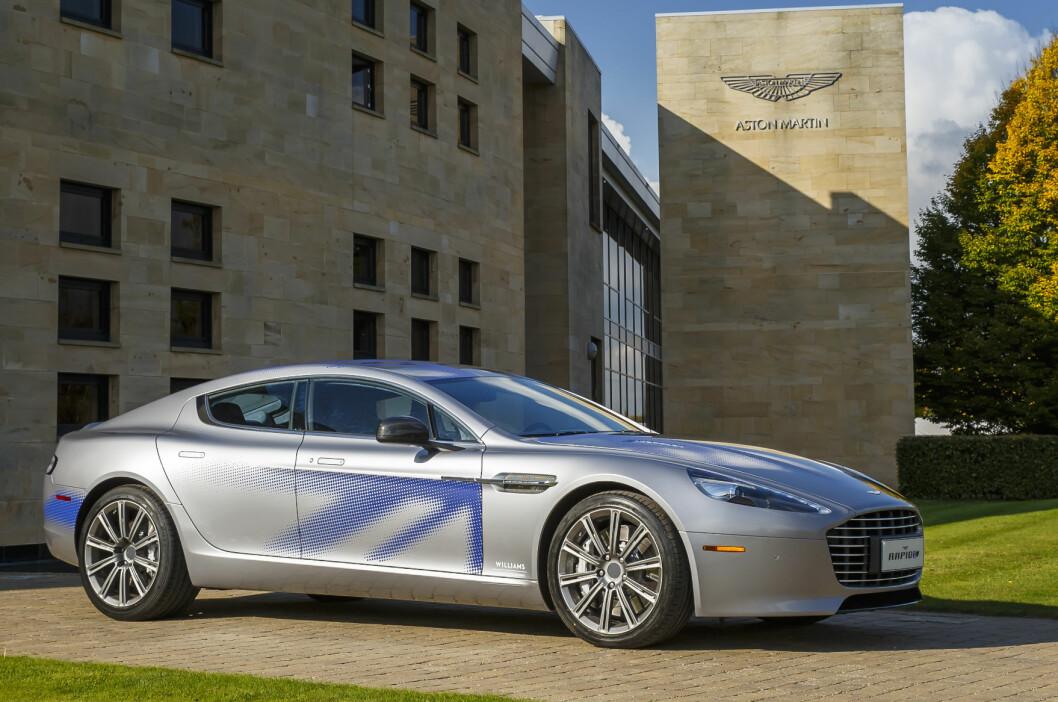 <strong><b>ALLEREDE PROTOTYPE:</strong></b> Her er første eksemplar av Aston Martin RapidE. Under de elegante formene skjuler det seg en elmotor og en batteripakke. Foto: ASTON MARTIN