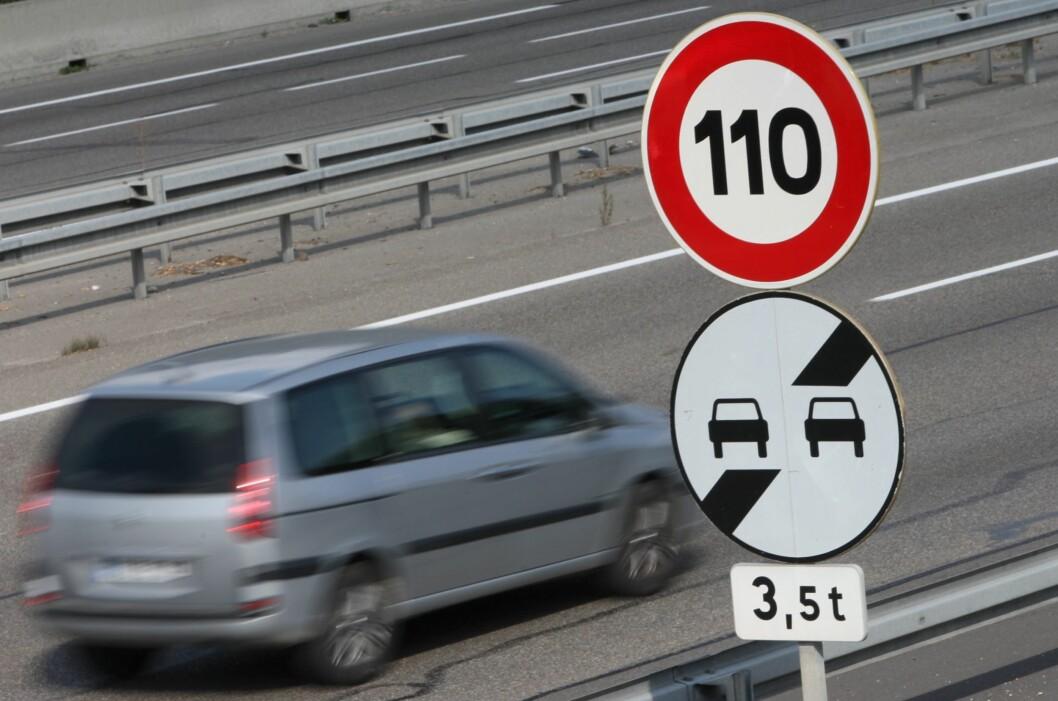 <strong><b>SETTES PÅ PAUSE:</strong></b> Fra 1. november settes fartsgrensen på enkelte strekninger ned til 100 km/t igjen.  Foto: COLOURBOX.COM