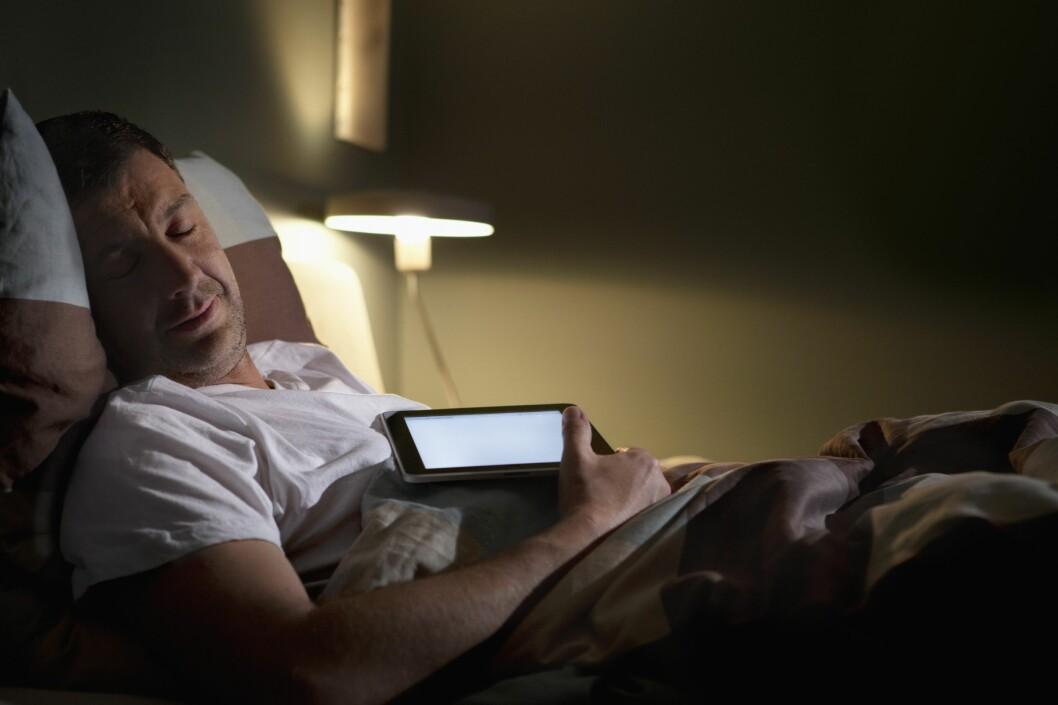 <strong><b>KAN FØRE TIL SØVNMANGEL:</strong></b> Kjenner du deg igjen i dette? Skjermbruk på kvelden kan føre til søvnmangel, som igjen kan være helsefarlig. Foto: JOSEF LINDAU/CORBIS