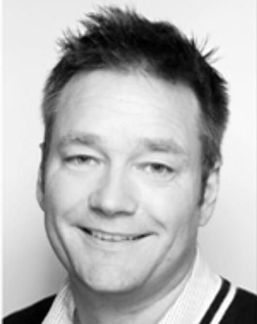 <strong><b>ADVARER:</strong></b> Trafikklærer Tormod Lunde ved Tempo trafikkskole advarer bilistene mot å lene seg for langt bak i førersetet.  Foto: TEMPO TRAFIKK