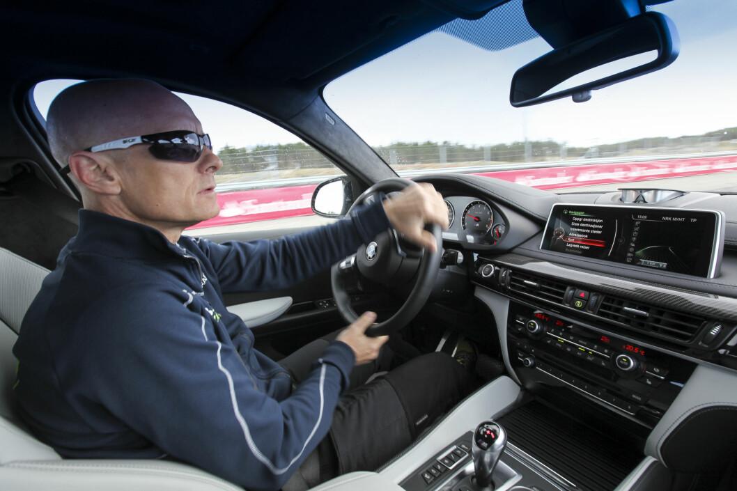 <b>SITTER DU RIKTIG?</b> Albuene skal ha en knekk når du kjører bilen. Dette for å hindre at du strammer dem til ved en ulykke. Du får også større moment når du ratter bilen.  Foto: JAMIESON POTHECARY