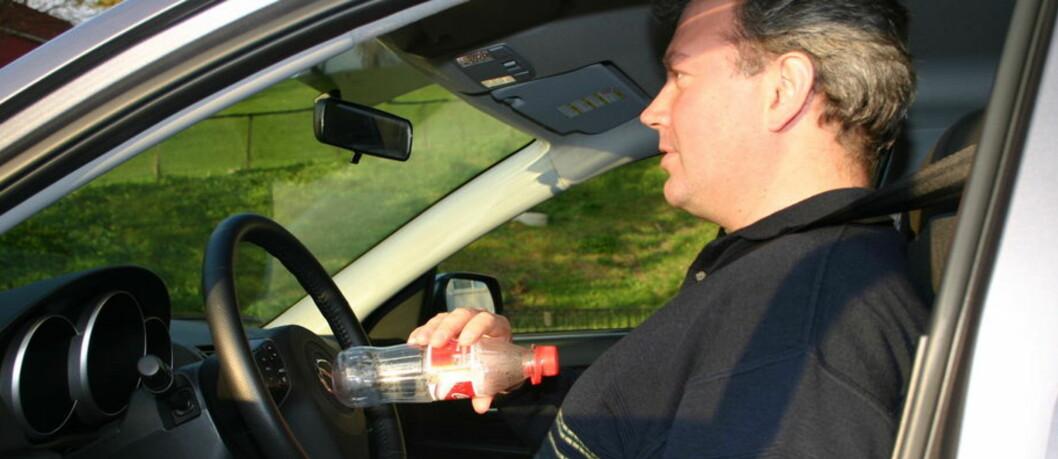 <strong><b>PASSE AVSTAND:</strong></b> En colaflaske og litt til så sitter du passe. Bruk også håndleddstrikset så er du sikker.  Foto: JOGRIM AABAKKENAV