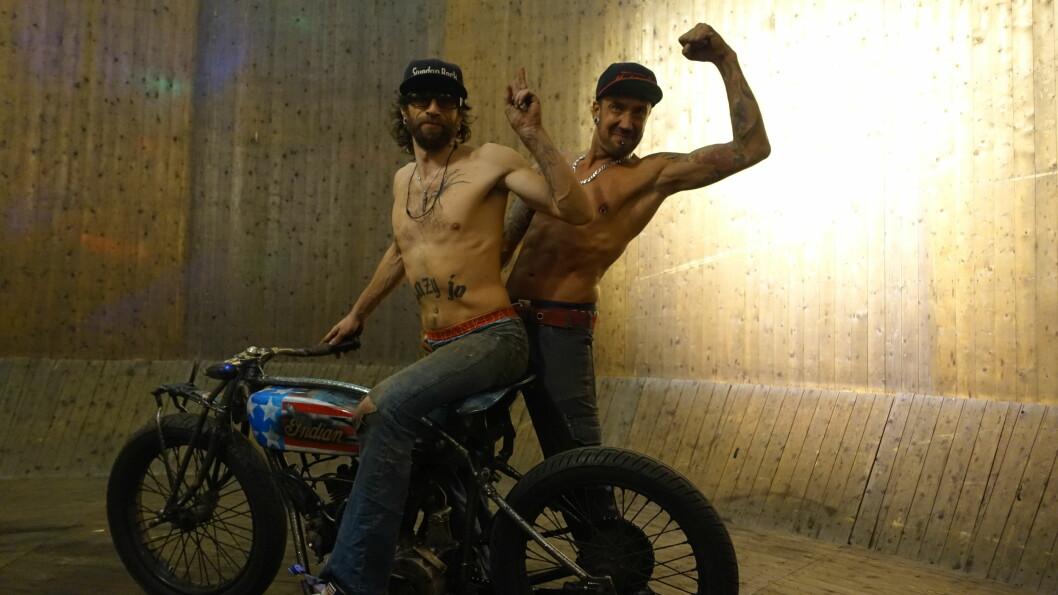<strong><b>STUNTER:</strong></b> Det er Dennis og Jonas Lindberg som trakterer Indian Scout-syklene fra tidlig 20-tall på Oslo Motorshow. Foto: JAMIESON POTHECARY