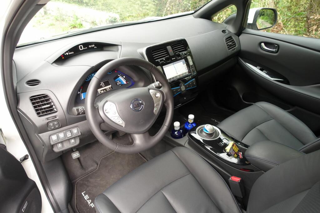 HELT GREIT: Selv om kvalitetsopplevelsen ikke er helt på høyde med Volkswagens, er det mer enn godt nok for de fleste og betjeningen er stort sett brukervennlig, særlig med det oppgraderte tilkoblingssystemet Nissan Connect. Skinnsetene på bildet er standard i øverste utstyrsnivå, Tekna (270.000 kroner). Fotbrekk (nede til venstre) har vi ikke spesielt sansen for. Foto: KNUT MOBERG