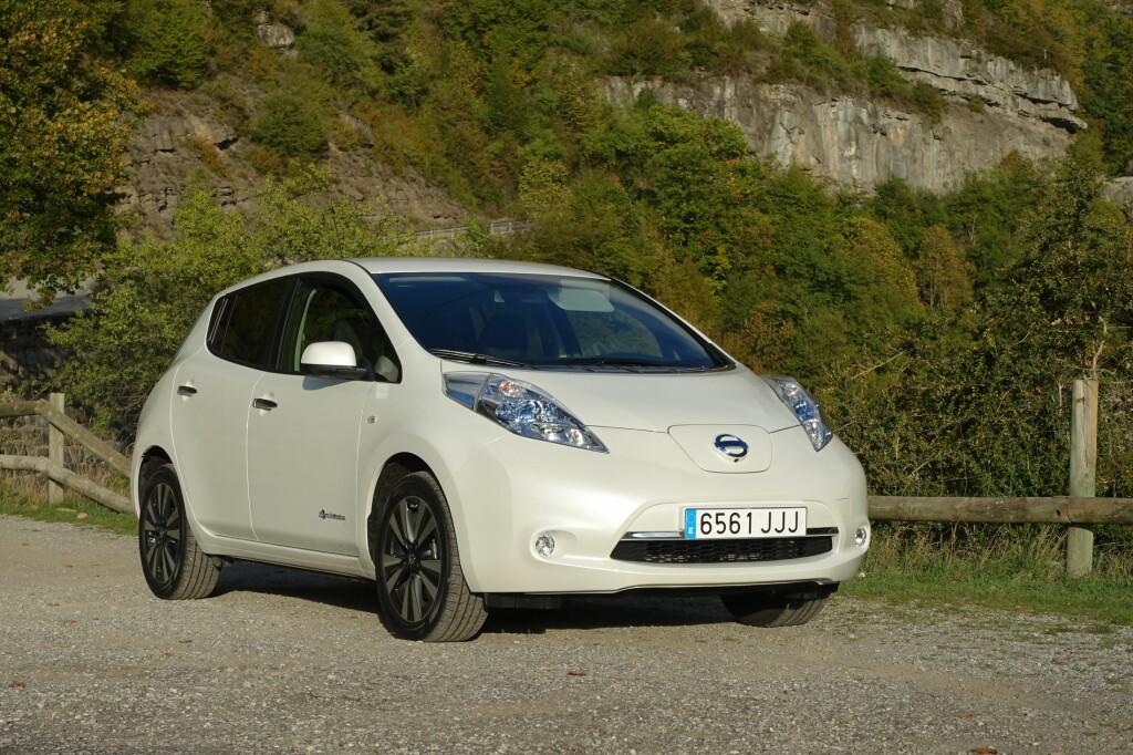 <b>SETT DEN FØR?</b> Det er ikke så rart - Nissan er tydeligvis fornøyde med utseendet på sin elbil Leaf og har ikke endret på det. Derimot er batteripakken ny. Uten å bli større er kapasiteten utvidet med 26 prosent og det gjør ganske mye forskjell, fant vi ut. Foto: KNUT MOBERG