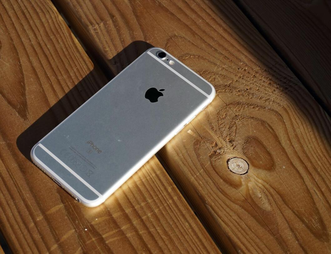 <strong>PEN?</strong> Det er delte meninger om iPhone 6s har en pen bakside –de hvite strekene er antennebåndene, og kameraet stikker ut litt.