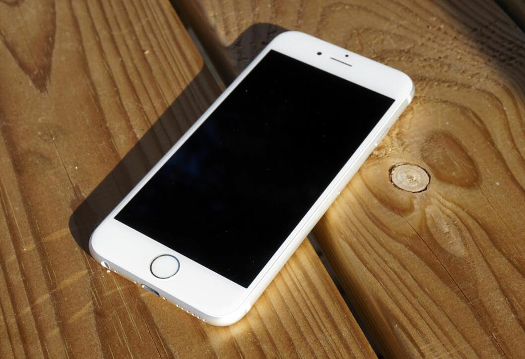 <strong>LIK?</strong> iPhone 6s har blitt 0,2mm tykkere enn forgjengeren, men fremstår ellers ganske lik. Imidlertid er både fingeravtrykksleseren og berøringsteknologien kraftig forbedret.