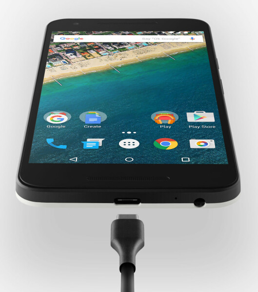 <strong><b>NY LADEPLUGG:</strong></b> Nexus 5X er blant de første telefonene som støtter den nye, anvendelige USB-C-standarden, hvor det ikke spiller noen rolle hvilken vei du plugger i kontakten. Foto: GOOGLE