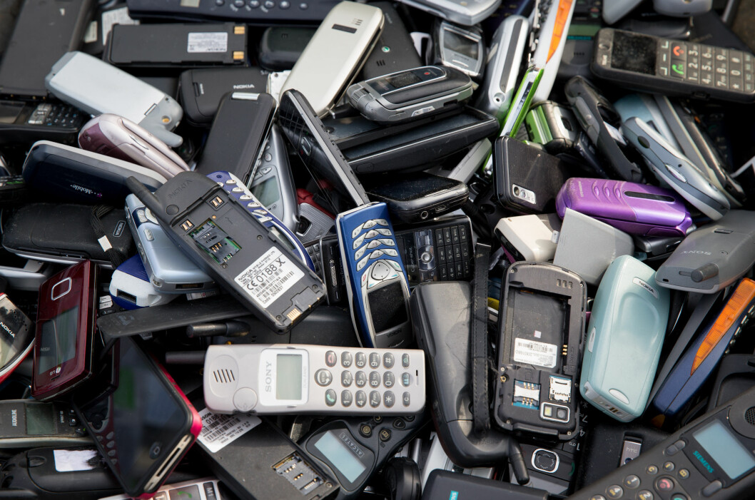 <strong><b>NYTT LIV:</strong></b> Gamle mobiltelefoner kan få nytt liv gjennom de mange resirkuleringstilbudene. Foto: Kay Nietfeld/DPA