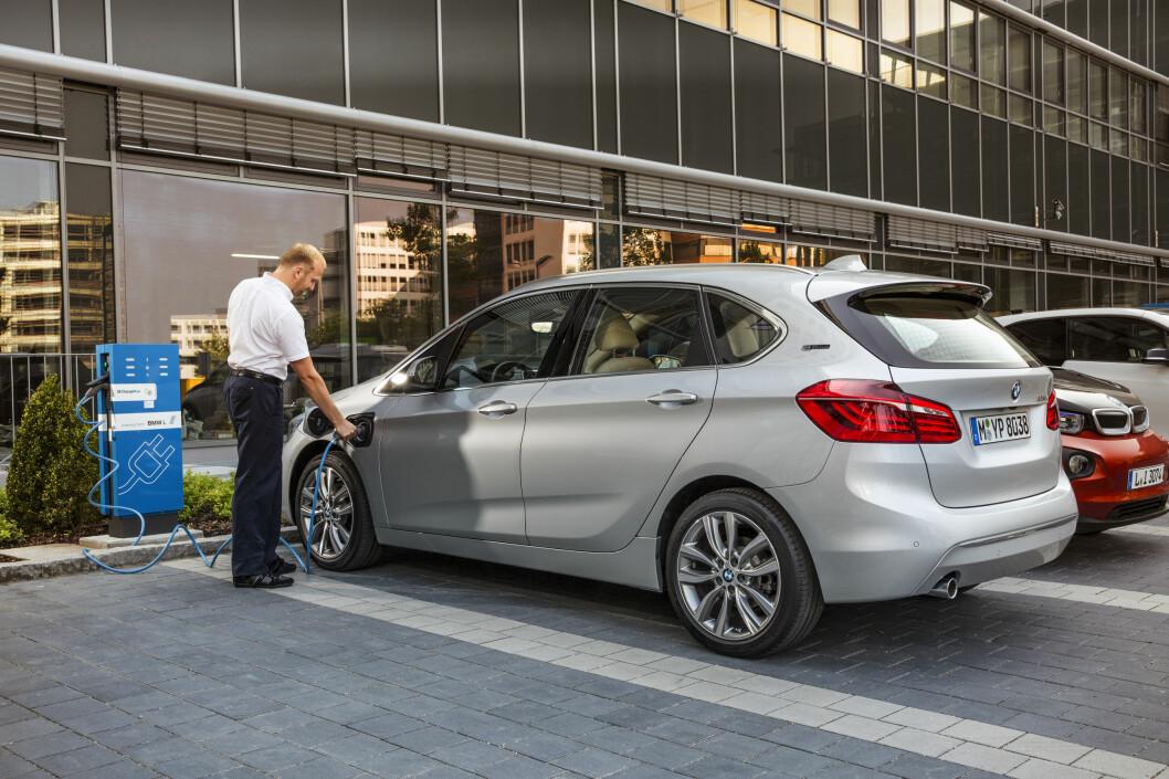 <strong><b>LADBAR GAVEPAKKE:</strong></b> Nok en gang gjør det norske avgiftssystemet at man kan gjøre et kupp ved å kjøpe en høy-ytelsesbil til samme pris som en ordinær utgave. 225ex Active Tourer er en fleksibil med GTI-ytelser som leveres med firehjulsdrift og automat til 352.000 kroner. Foto: BMW