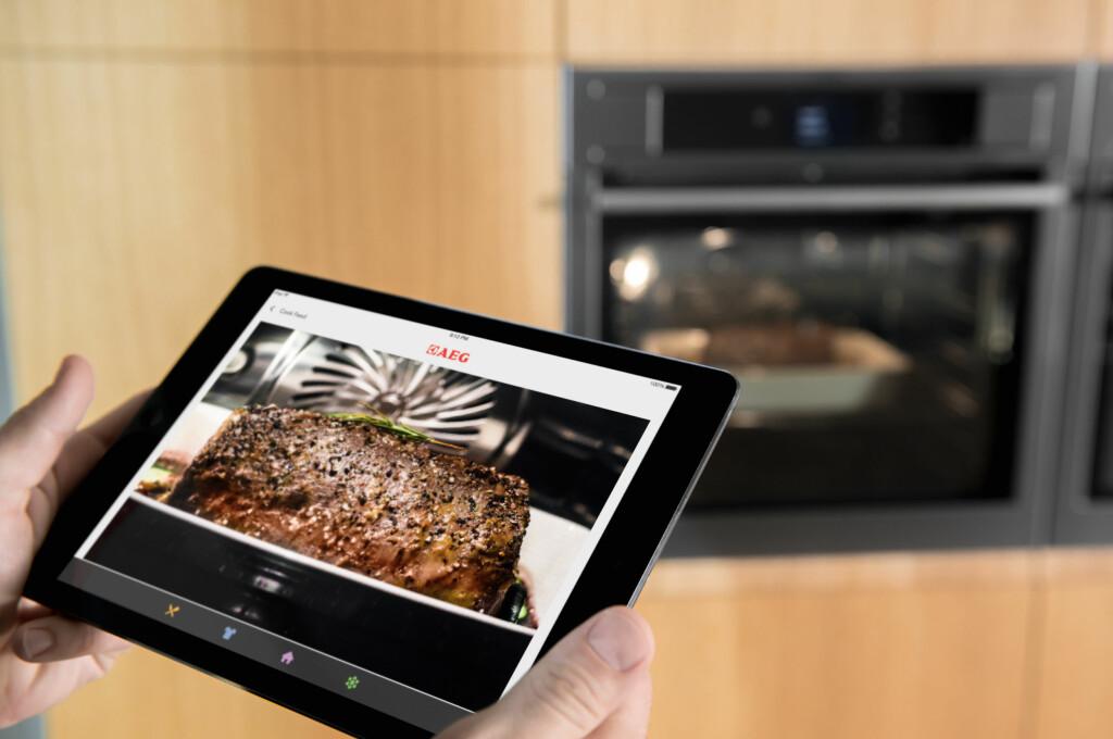 <b>MATLAGINGSASSISTENT:</b> Via appen får du oppskrifter. Deretter er det bare å velge matrett, og legge inn hvordan du vil ha maten stekt, før du sender over innstillingene til ovnen. På AEGs modeller får du også sett hvordan maten klarer seg underveis, via et innebygget kamera.  Foto: AEG