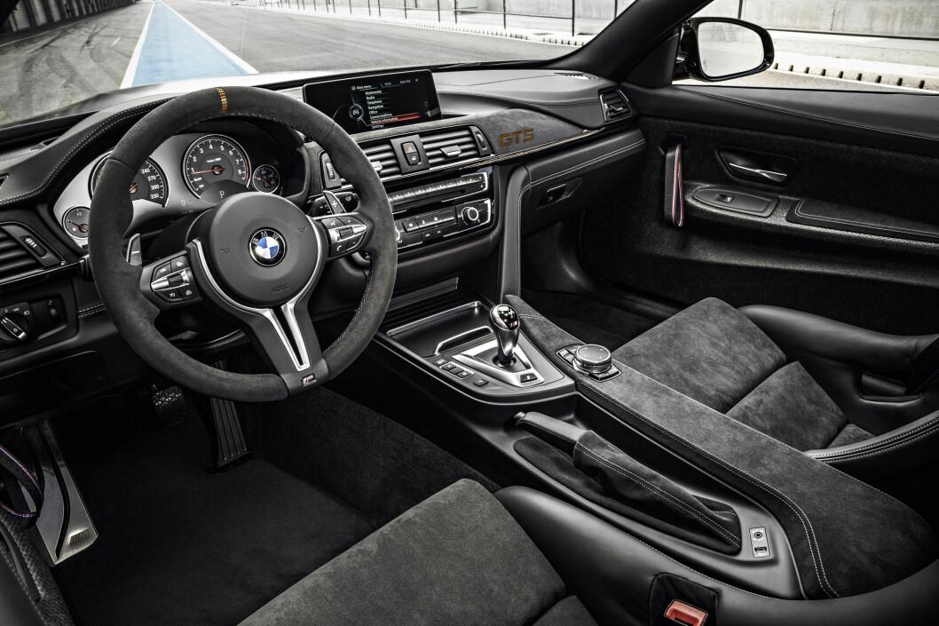 <strong><b>FORTSATT TYPISK BMW:</strong></b> Minimalistisk og nøkternt sportslig, slik fremstår interiøret foran i M4 GTS. Baksetet er fjernet i denne bilen for lavere vekt. Foto: BMW