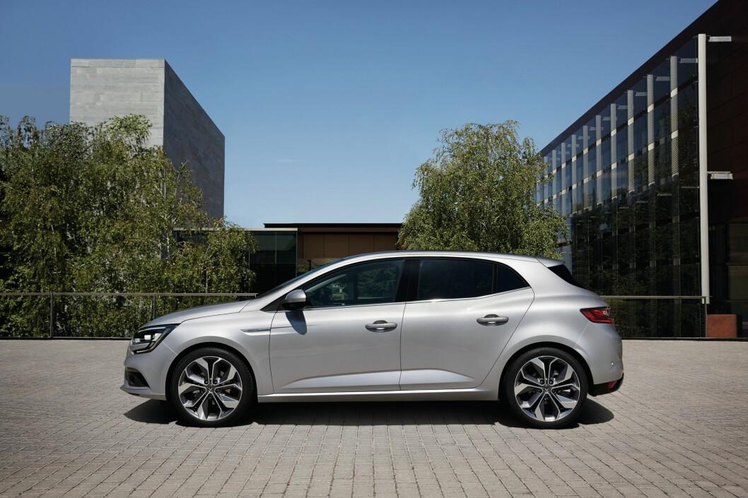 <strong><b>MARKANT:</strong></b> Dagens designteam hos Renault har tatt grep for å gi produsentens biler en tydelig personlighet. Markante karakterlinjer og et tydelig hofteparti gjør således nye Mégane gjenkjennbar fra siden. Mégane er 10 centimeter lengre enn VW Golf. Foto: RENAULT