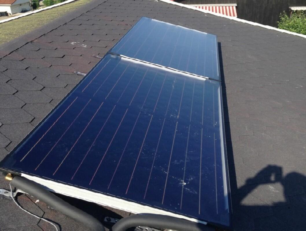 <strong><b>SOLFANGERE:</strong></b> Slik ser det ut på taket til familien Ulvestad. Om vinteren måker de bort snøen. Foto: PRIVAT