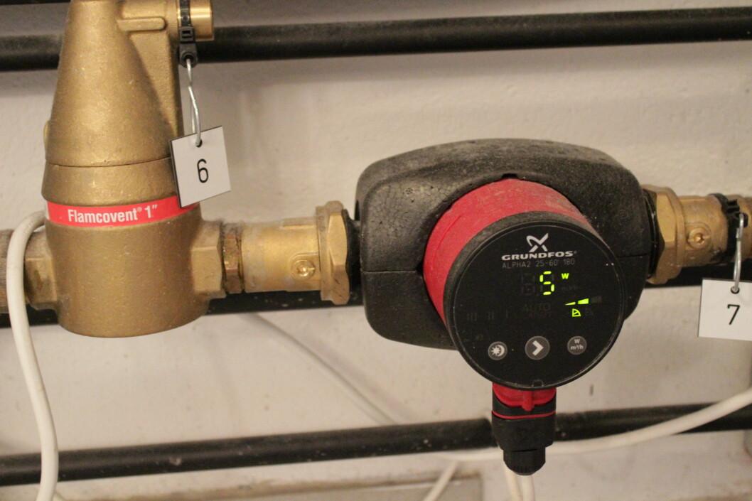 <strong><b> DRAR VESKA:</strong> </b> Denne pumpa drar veska som går i Solar-kretsen. Den starter når det er syv grader forskjell i tanken og på taket. Foto: HANNA SIKKELAND