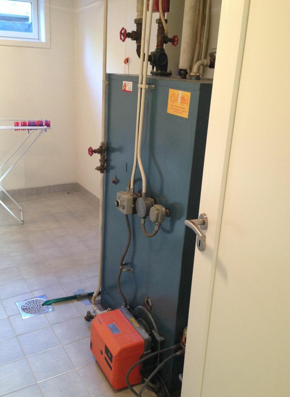 <strong><b> FØR:</strong> </b> Slik så det ut på vaskerommet før de satt i gang med utskiftningen.  Foto: PRIVAT