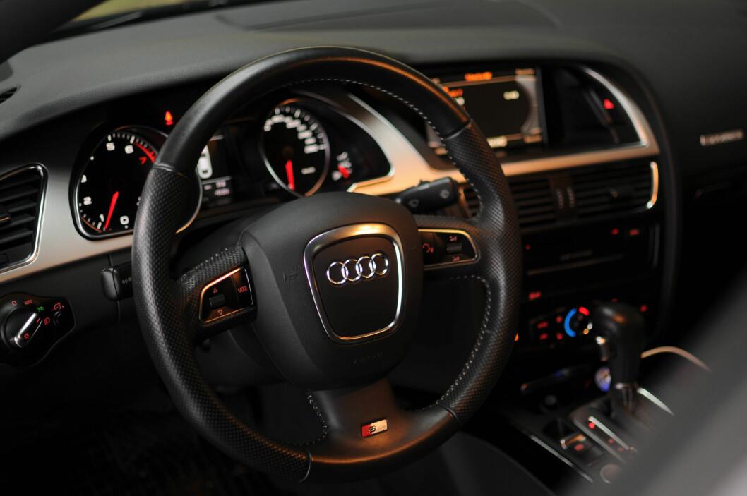 <strong><b>INTERIØR:</strong></b> Det er ytterst få som matcher Audi på interiør. Ryddig og lekker. Foto: Kaj Alver