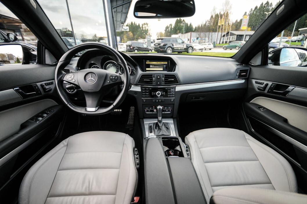 <strong><b>SOLID OG MYK:</strong></b> Det er følelsen en får på innsiden av Mercedesen. Man skjønner hvor man har brukt sine sparepenger.  Foto: Kaj Alver