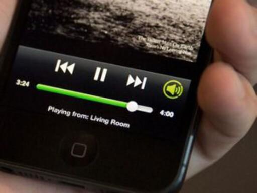 ENKELT: Med Spotify Connect er det lett å koble mobilen til radioen for musikk. Foto: SPOTIFY