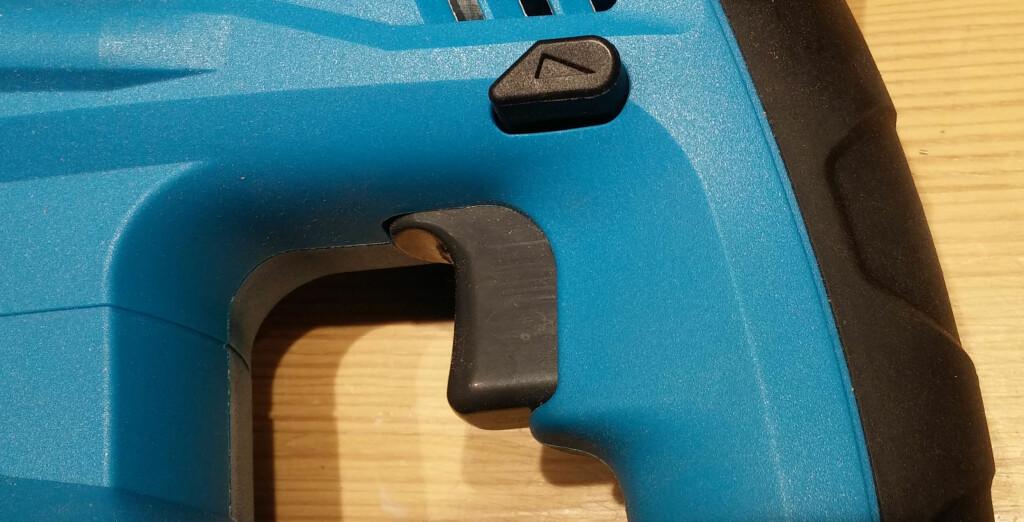 STYRING: Vanlig pistolgrep og retningskontroll på maskinen fra Clas Ohlson. Foto: BRYNJULF BLIX