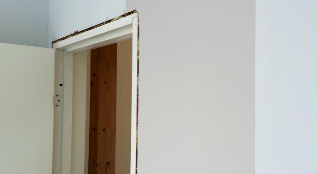 <strong><b>START VED DØR ELLER VINDU:</strong></b> På vegger med dør eller vindu, er det smart å starte der - i stedet for i hjørnet. Foto: KRISTIN SØRDAL