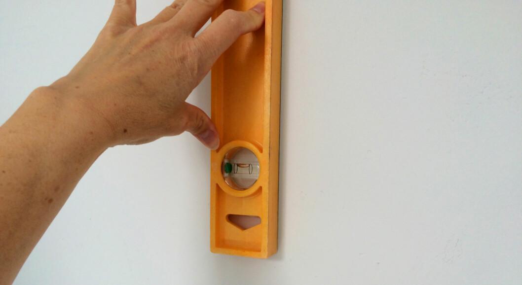 <b>I VATER?</b> Vatre opp første lengde med et vater eller med en krittsnor. Når først én lengde er i vater, er det bare å fortsette. Foto: KRISTIN SØRDAL