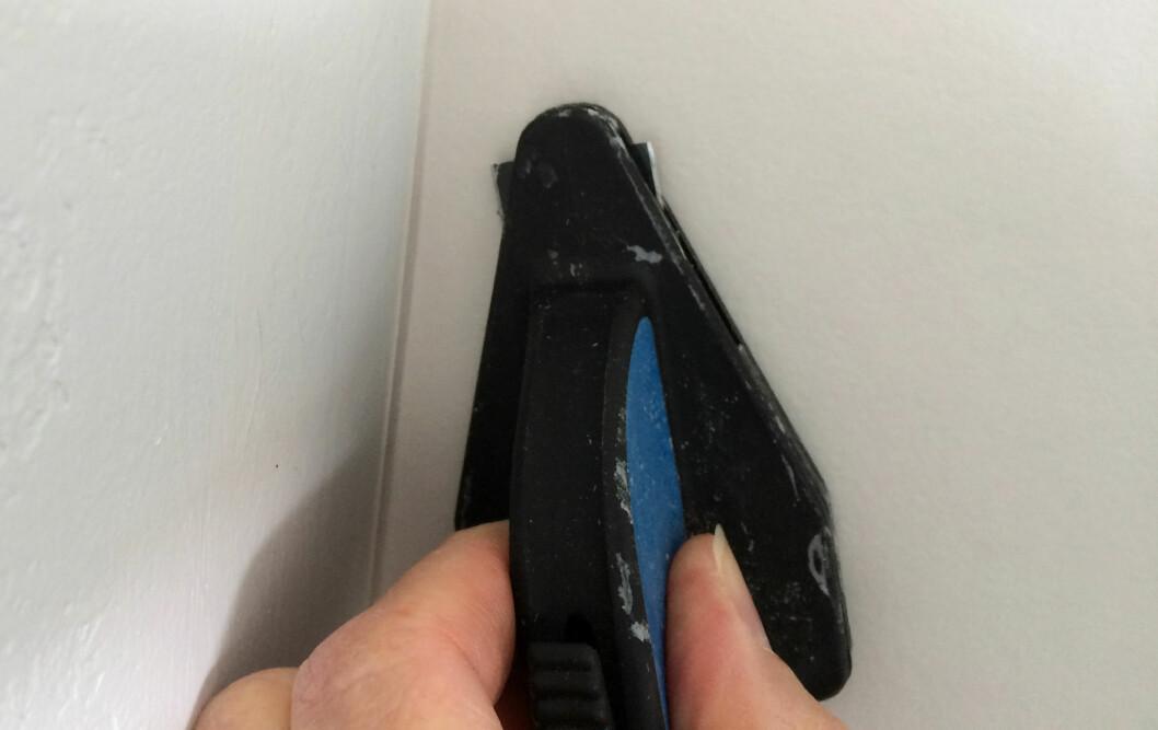 <strong><b>SMART HJØRNEKNIV:</strong></b> Ivestér i en slik tapetkniv for hjørner, da er du godt på vei mot perfekte hjørner. Foto: KRISTIN SØRDAL